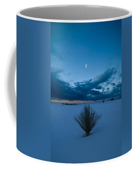 Blue Coffee Mug featuring the photograph White Sands Moonrise by Steve Gadomski