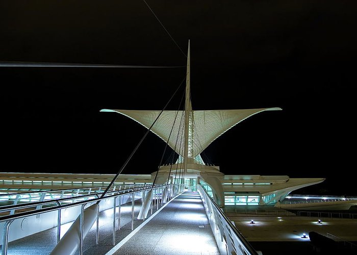 Milwaukee Art Museum Greeting Card featuring the photograph Walk This Way by Chuck De La Rosa