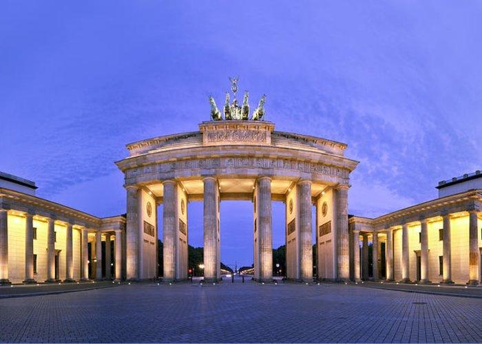 Berlin Greeting Card featuring the photograph Brandenburger Tor Berlin by Greta Schmidt