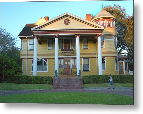 Bed And Breakfast Metal Print featuring the photograph Dr. Phillips' Bed-and-breakfast Guesthouse In Orlando by Carl Purcell