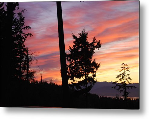 Sunrise Metal Print featuring the photograph Daybreak On The Island by Michael Merry