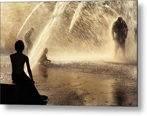 People Metal Print featuring the photograph Playing In The Fountain by Zeb Andrews