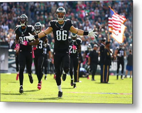 People Metal Print featuring the photograph Minnesota Vikings v Philadelphia Eagles by Mitchell Leff