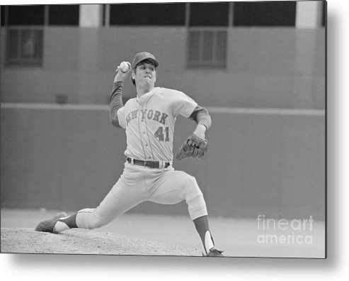 Tom Seaver Metal Print featuring the photograph Tom Seaver In Pitching Stance by Bettmann