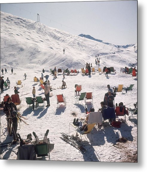 Skiing Metal Print featuring the photograph Skiers At Verbier by Slim Aarons
