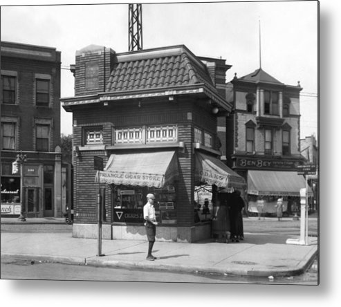 1926 Metal Print featuring the photograph Smallest Store In The World by Underwood Archives