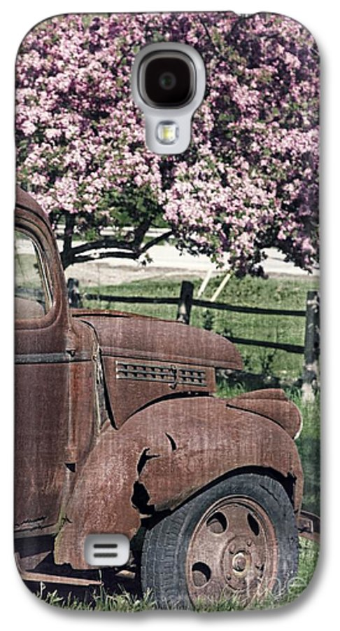 Quechee Galaxy S4 Case featuring the photograph The Old Truck And The Crab Apple by Edward Fielding