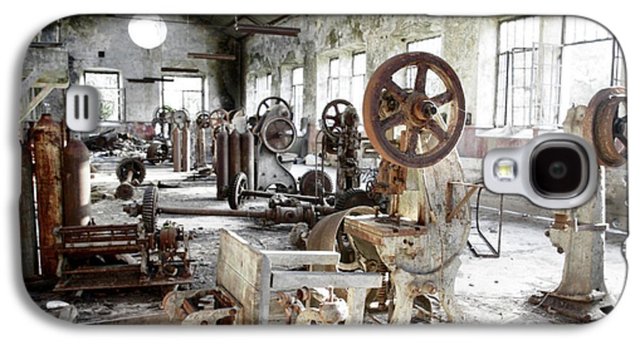Abandoned Galaxy S4 Case featuring the photograph Rusty Machinery by Carlos Caetano