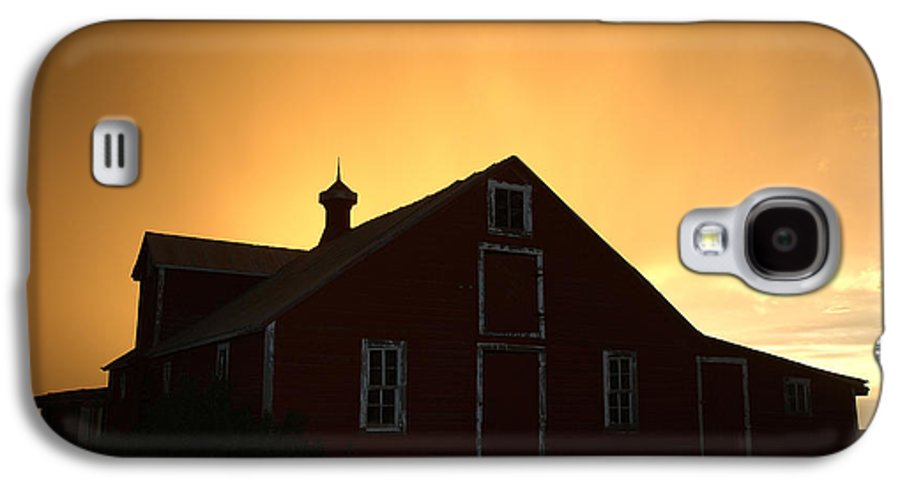 Barn Galaxy S4 Case featuring the photograph Barn At Sunset by Jerry McElroy
