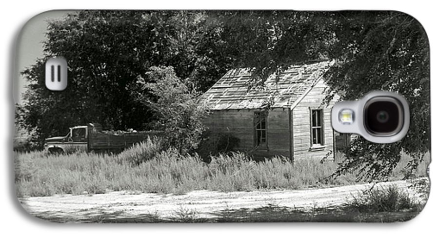 Farm Galaxy S4 Case featuring the photograph Farm House On The Eastern Plains by Margaret Fortunato