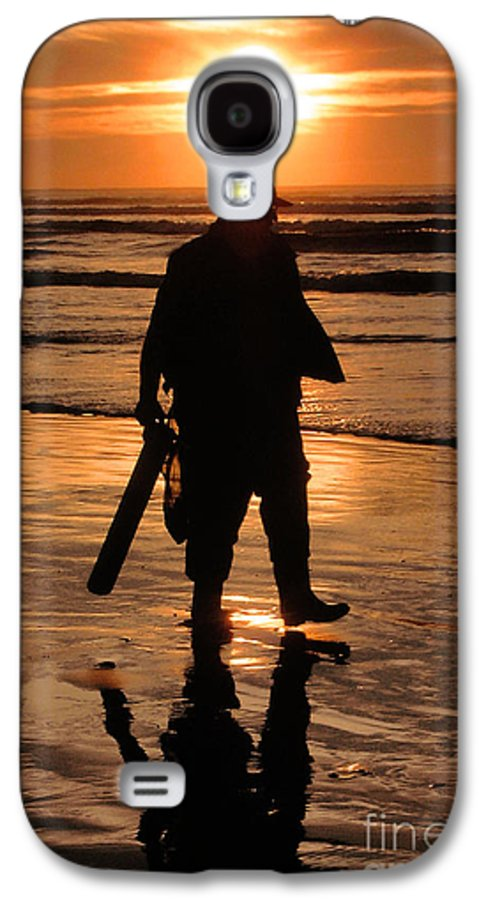 Pacific Galaxy S4 Case featuring the painting Razor Clam Hunter by Larry Keahey