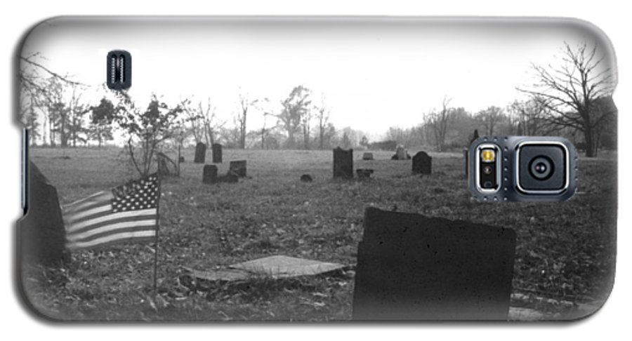 Flag Galaxy S5 Case featuring the photograph 10602-16bw Memorial Day 1991 by Mike Davis