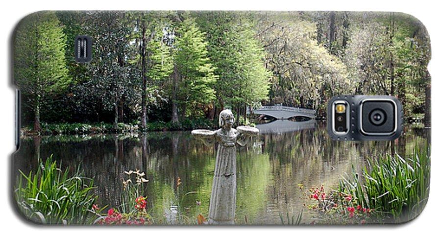 Bird Girl Galaxy S5 Case featuring the photograph Bird Girl Of Magnolia Plantation Gardens by Suzanne Gaff