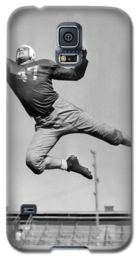 1945 Galaxy S5 Case featuring the photograph Football Player Catching Pass by Underwood Archives