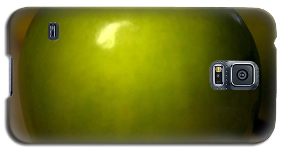 Green Apples Galaxy S5 Case featuring the photograph Apple by Linda Sannuti