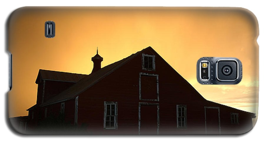 Barn Galaxy S5 Case featuring the photograph Barn At Sunset by Jerry McElroy
