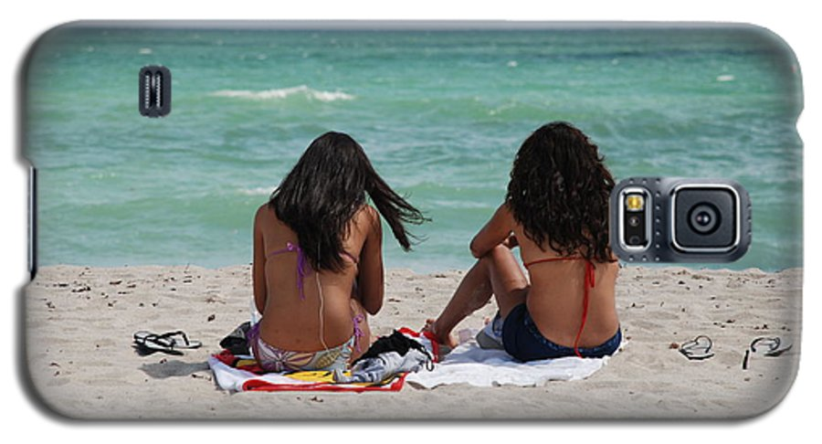 Women Galaxy S5 Case featuring the photograph Beauties On The Beach by Rob Hans
