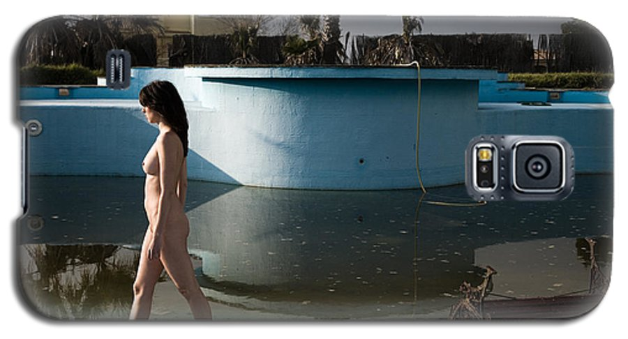 Nudes Galaxy S5 Case featuring the photograph By The Old Pool by Olivier De Rycke