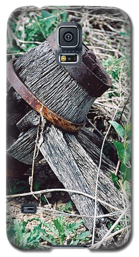 Western Galaxy S5 Case featuring the photograph Covered Wagon Wheel by Margaret Fortunato