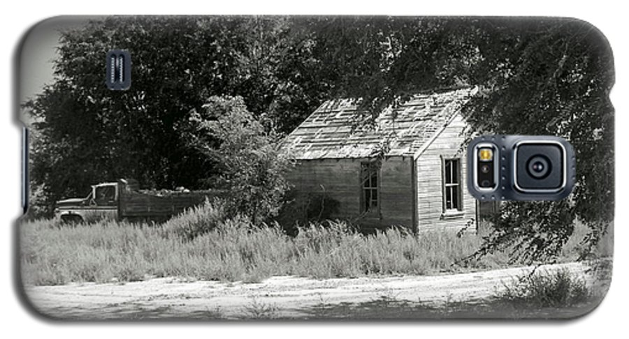 Farm Galaxy S5 Case featuring the photograph Farm House On The Eastern Plains by Margaret Fortunato