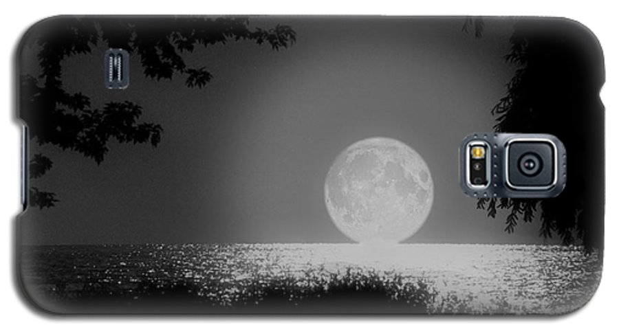 Moon Galaxy S5 Case featuring the photograph Moonset On Lake Erie by Kenneth Krolikowski