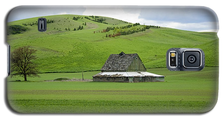 Palouse Galaxy S5 Case featuring the photograph Palouse Old Barn by Louise Magno