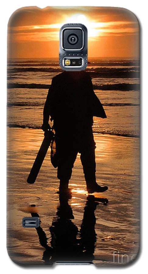 Pacific Galaxy S5 Case featuring the painting Razor Clam Hunter by Larry Keahey