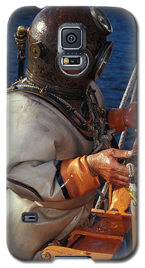 Hard Hat Galaxy S5 Case featuring the photograph Sponge Diver by Carl Purcell