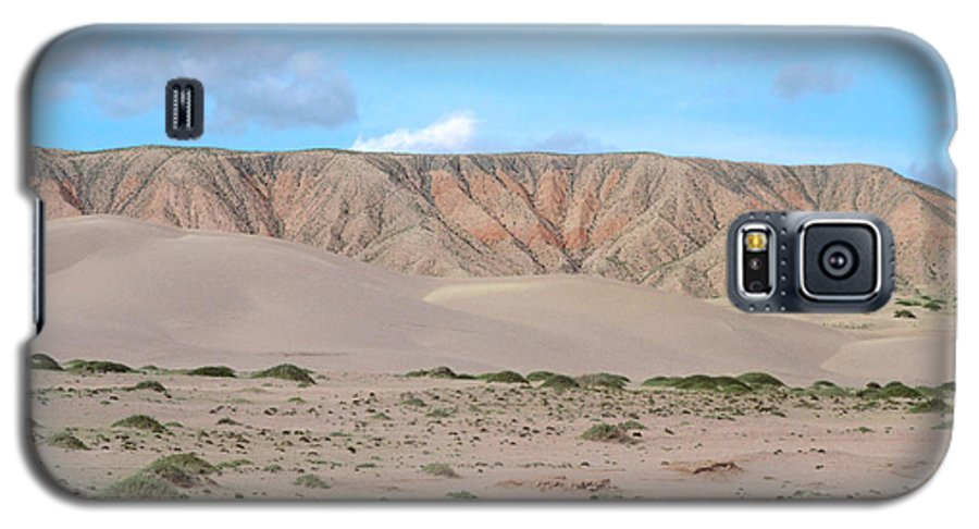 Desert Galaxy S5 Case featuring the photograph Tranquil Qinghai Desert Mountain In China by Anna Lisa Yoder