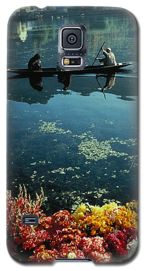 Boats Galaxy S5 Case featuring the photograph Vale Of Kashmir by Carl Purcell