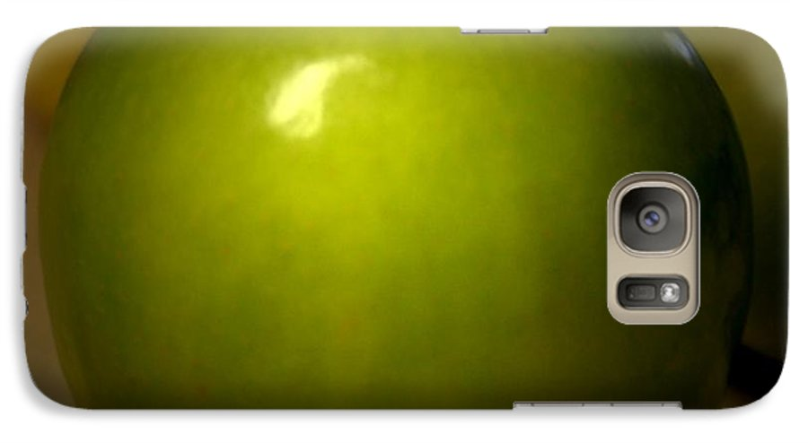 Green Apples Galaxy S7 Case featuring the photograph Apple by Linda Sannuti