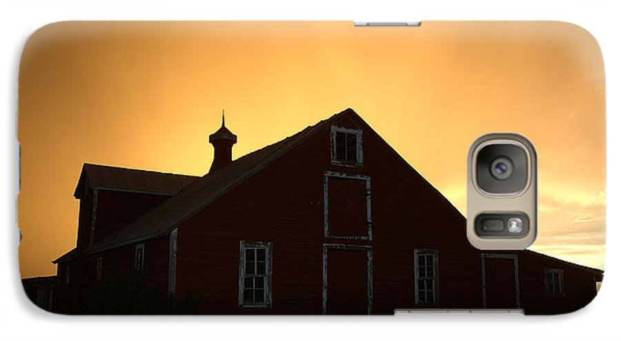 Barn Galaxy S7 Case featuring the photograph Barn At Sunset by Jerry McElroy