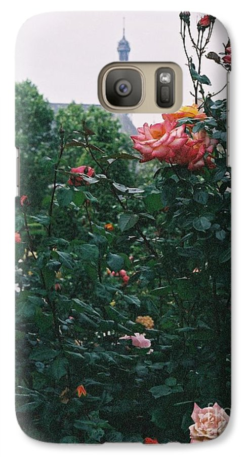 Roses Galaxy S7 Case featuring the photograph Pink Roses And The Eiffel Tower by Nadine Rippelmeyer