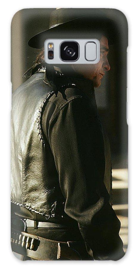 Johnny Cash Gunfight Kirk Douglas Old Tucson Az Pistol Gun Belt.western Wear A Gunfight Jicarilla Apaches New Mexico Galaxy S8 Case featuring the photograph Johnny Cash About To Draw On Kirk Douglas Old Tucson Arizona 1971 by David Lee Guss
