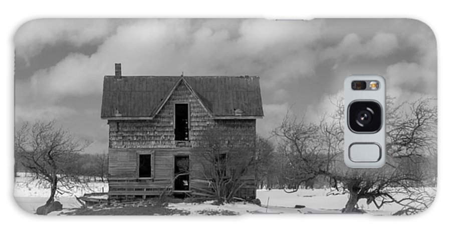 Abandoned Galaxy S8 Case featuring the photograph Farmhouse Black And White by Richard Kitchen