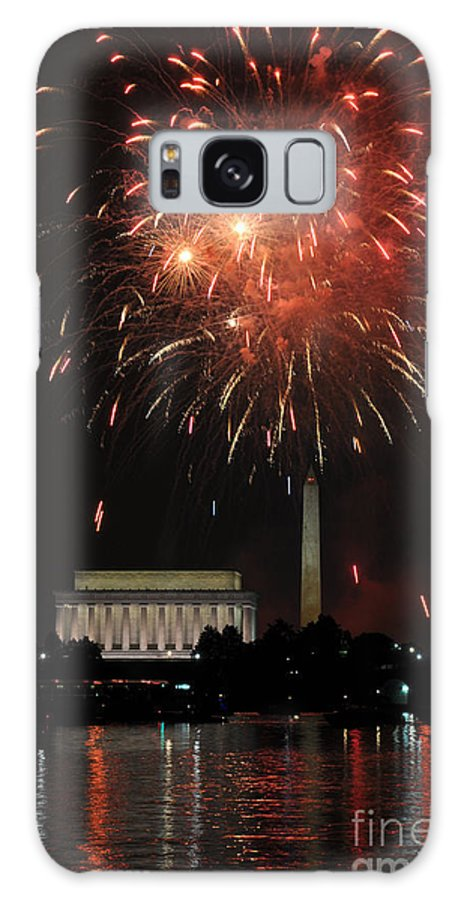 Fourth Of July Fireworks Seen Across The Potomac River At Washington Galaxy S8 Case featuring the photograph Fourth Of July Fireworks At Washington Dc by Paul Fearn