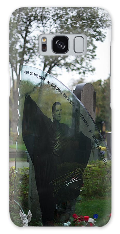 Zentralfriedhof Galaxy S8 Case featuring the photograph Memorial At Falcos Grave by Frank Gaertner