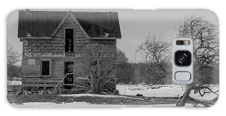 Abandoned Galaxy S8 Case featuring the photograph Abandoned Farmhouse by Richard Kitchen