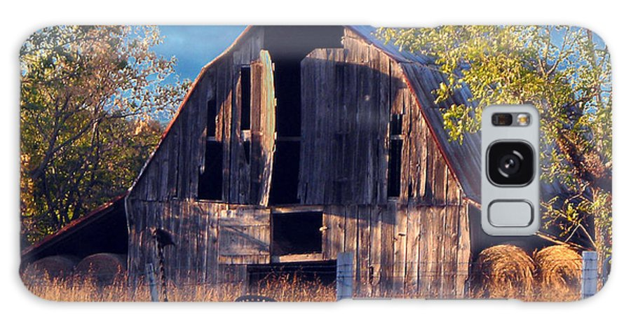 Barn Galaxy S8 Case featuring the photograph Barn At Ash Flat Arkansas by Ed Cooper