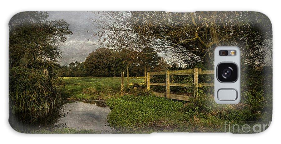 Tidmarsh Galaxy S8 Case featuring the photograph Footpath Bridge At Tidmarsh Berkshire by Ian Lewis