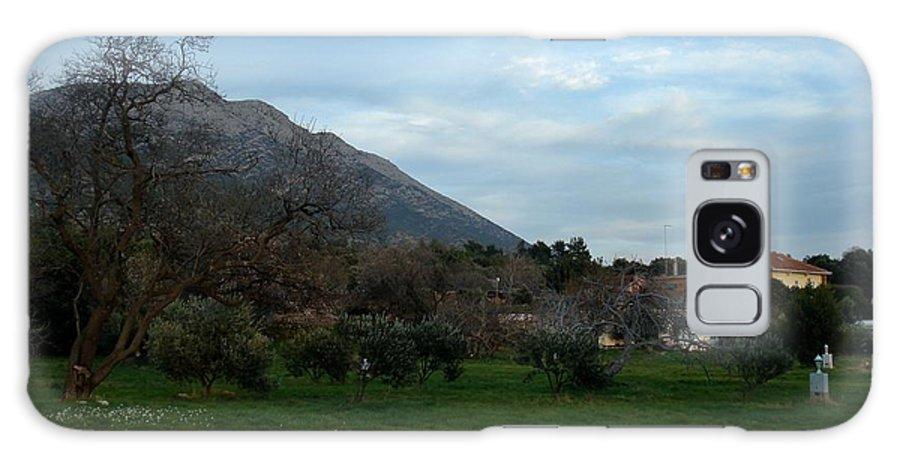 Mountain Galaxy S8 Case featuring the photograph Hermosa Vista by Linda De La Rosa