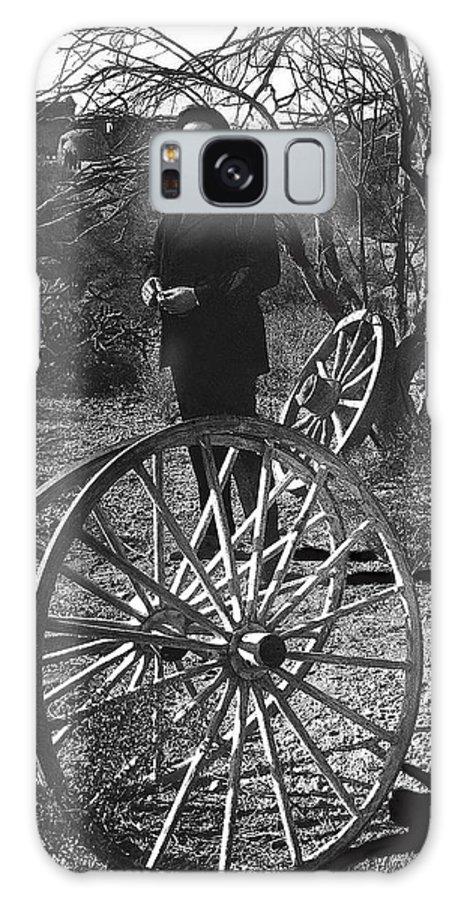 Johnny Cash Meditating Wagon Wheel Graveyard Old Tucson Az Black And White Galaxy S8 Case featuring the photograph Johnny Cash Meditating Wagon Wheel Graveyard Old Tucson Arizona 1971 by David Lee Guss