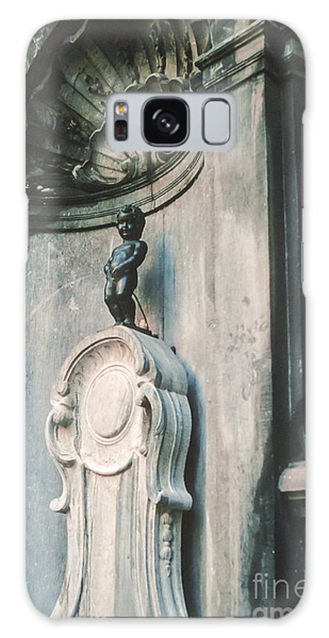 Manneken Pis Little Boy Statue Fountain Fountains Statues Brussels Belgium Odds And Ends Galaxy S8 Case featuring the photograph Manneken Pis by Bob Phillips
