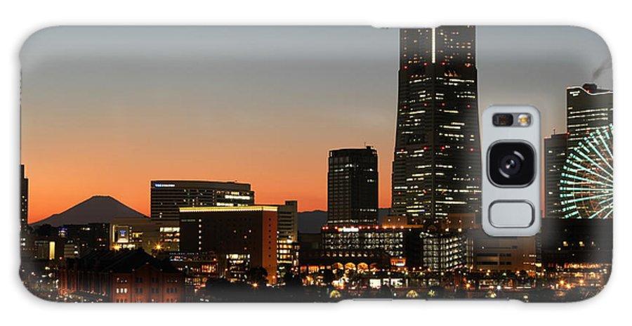 Yokohama Galaxy S8 Case featuring the photograph Minatomirai At Dusk by Leonard Sharp
