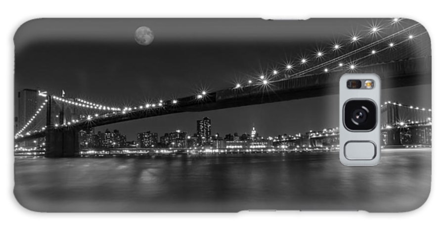 Brooklyn Bridge Galaxy S8 Case featuring the photograph Moonrise Over Manhattan Bw by Susan Candelario