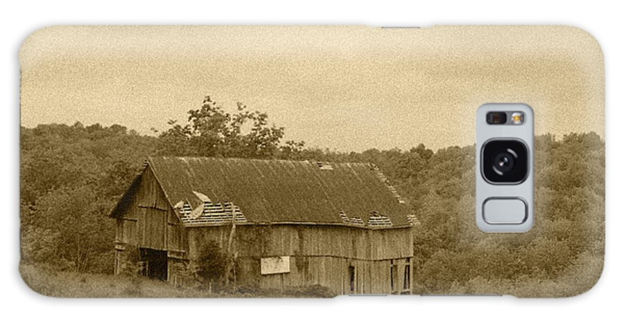 Barn Galaxy S8 Case featuring the photograph Old Barn by Minnie Davis