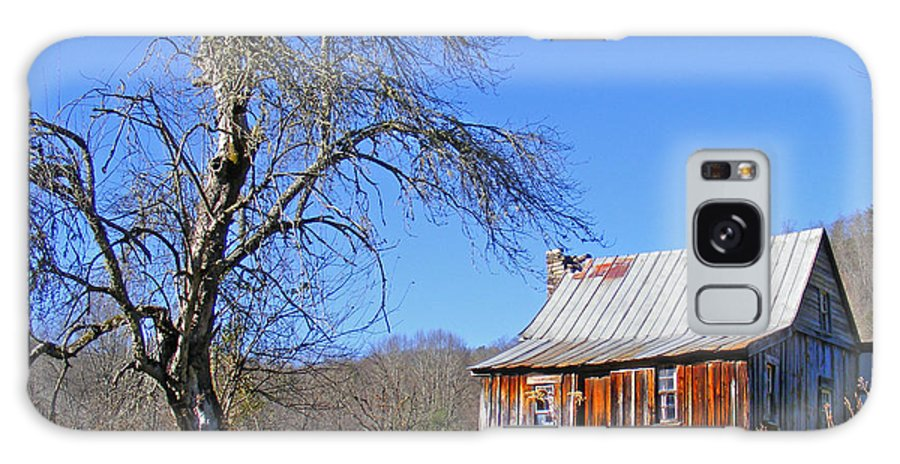 Cabins Galaxy S8 Case featuring the photograph Old Cabin And Tree by Duane McCullough