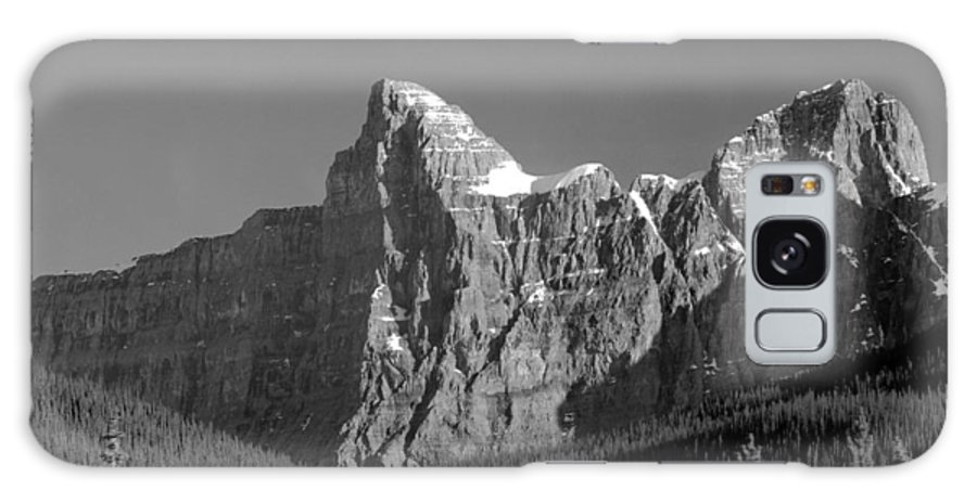 Outlier Galaxy S8 Case featuring the photograph 1m3621-bw-outlier Of Mt. Murchison by Ed Cooper Photography