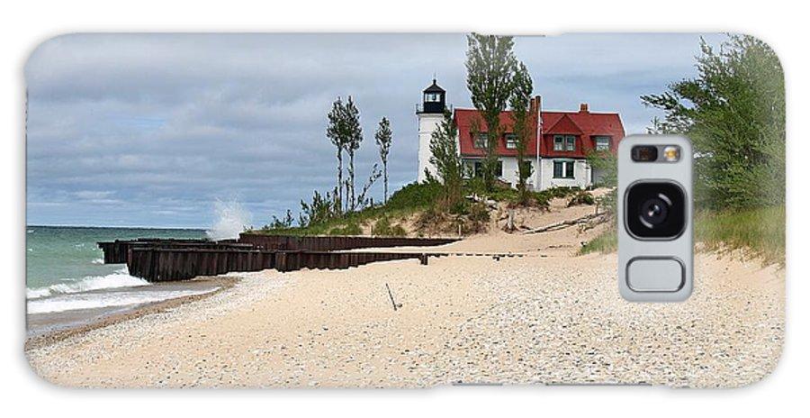 Point Betsie Lighthouse Galaxy S8 Case featuring the photograph Point Betsie Lighthouse Classic View by Dave Zuker