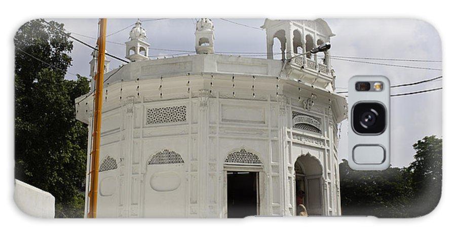Amritsar Galaxy S8 Case featuring the photograph Thara Sahib Inside The Golden Temple by Ashish Agarwal